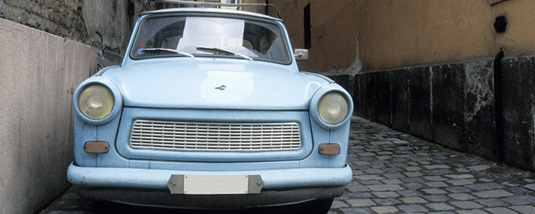de_0056_hungary - old car in alley